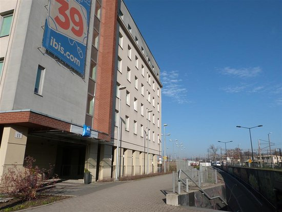 Ibis Budget Krakow Stare Miasto: hotel from outside and underpass to train tracks
