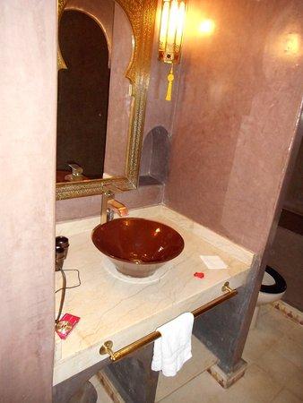 Riad Argan: Banheiro também em marrom.