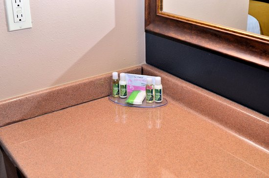 Boulders Inn and Suites: Bath & Body