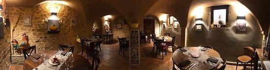 Oingt, فرنسا: La salle voûtée.