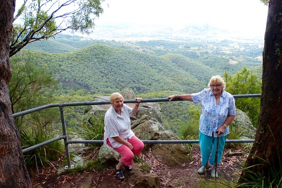 Nundle, Australia: Mother & aunt at the Lookout