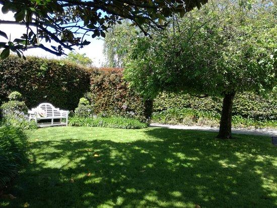 Maison du Bois: front garden