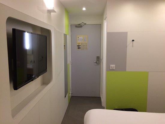 Seine-Saint-Denis, Frankreich: Chambre moderne et propre mais de taille minimum pour ce genre d'hôtel.