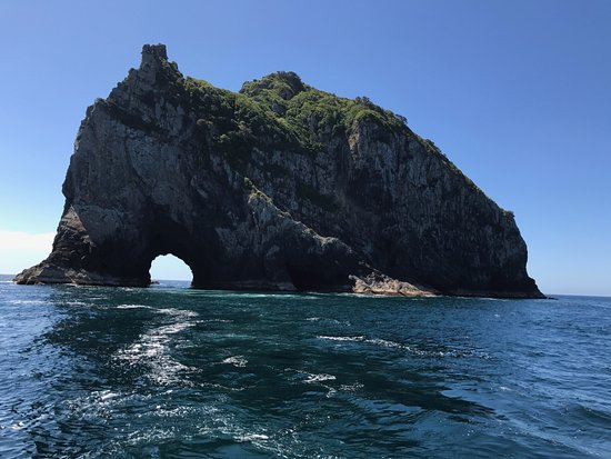 Paihia, New Zealand: The famous Hole in the Rock!