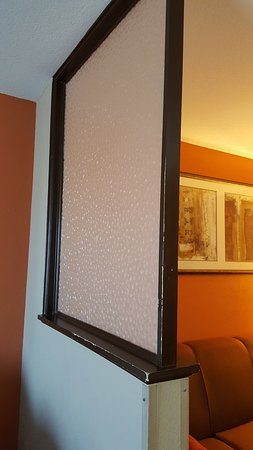 Comfort Suites Panama City Beach: Room divider needs Painted!