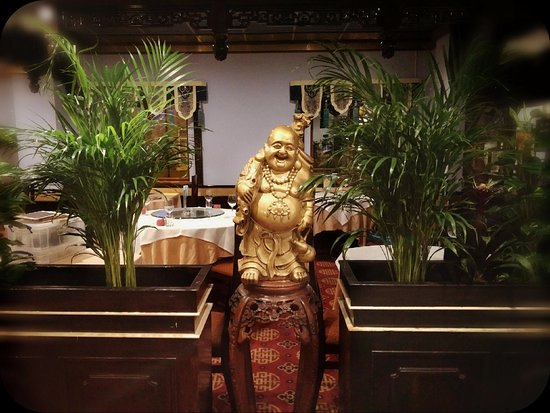 Yeung Sing Restaurant: Happy Buddha greet you with smile :)