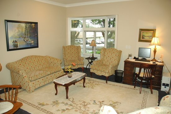 Cambie Lodge Bed & Breakfast: Living Room
