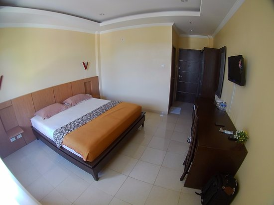 Tarakan, Indonesia: Clean room, only 2 pillows, need bigger aircon