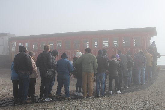 Bretton Woods, Nueva Hampshire: people waiting in line at the summit to return to the bottom