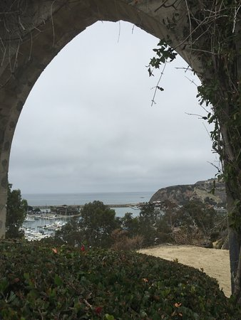 Dana Point, CA: This arch frames the harbor so perfectly!