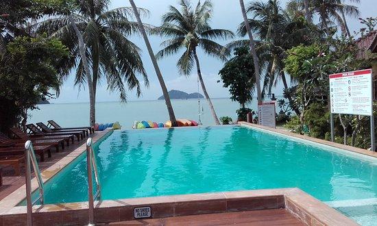Beck's Resort : Le restaurant est derrière, le bar sur le côté , la plage devant et les bungalows autour .