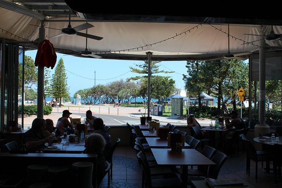 Caloundra, Avustralya: Front dining area with park and water views