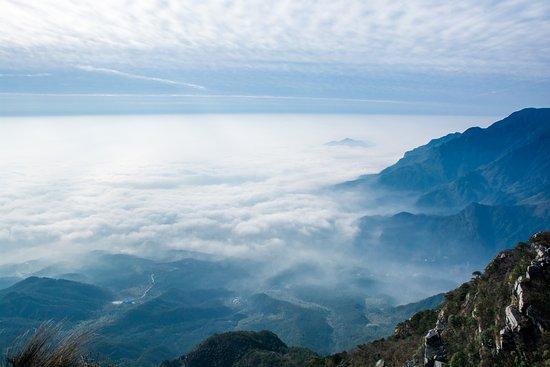 Jiujiang, الصين: View over Hanpo Kou with clouds covering Poyang Lake
