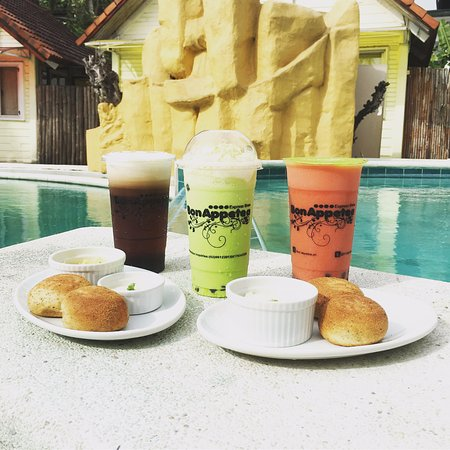Manila Airport Hotel: Drinks from Bon Appetea available at Chef's Manila