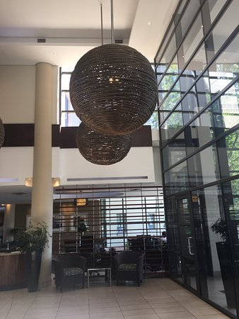 Fourways, South Africa: Double volume of lobby adds sence of space.
