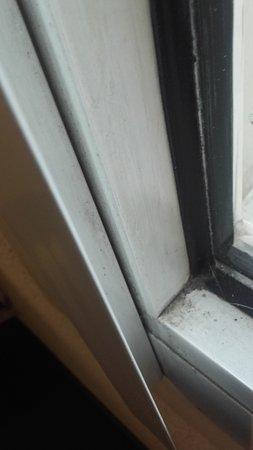 Lattes, Frankrike: fenetre de la chambre du formule 1 trés sale