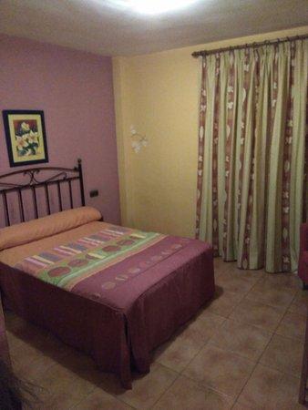 Quentar, Spain: la habitación muy oscura con un color muy apagado