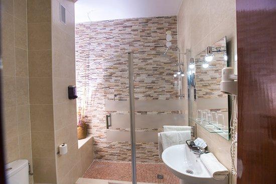 Cuarto de ba o con ducha secador de pelo espejo de - Cuarto de bano con ducha ...