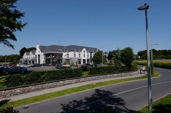 Athenry, Irlandia: Entrance into Raheen Woods Hotel.