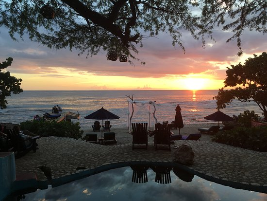 Treasure Beach, Jamaica: Sunset from Pool