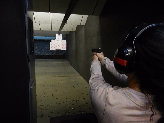 Brantford, Canadá: Yep... Mom can shoot a handgun!! :)
