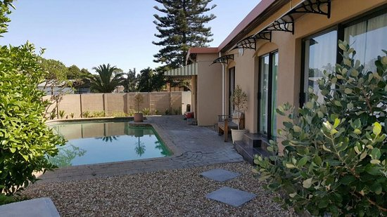 Kuils River, Sydafrika: Swimming Pool and Garden