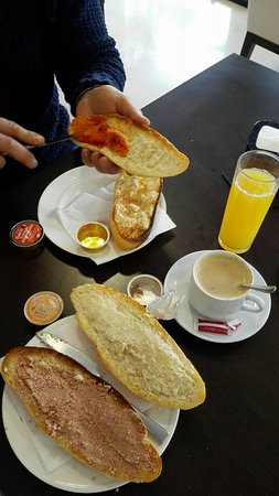Peligros, Spain: desayuno continental tostadas cafe y zumo(no olvides pedir el zumo que se les olvida)