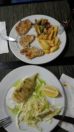 Peligros, Spain: Segundos platos: lomo con patatas fritas y verduritas y calamar a la plancha con ensalada de col