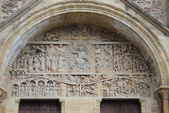 Conques, France : Porche de l'église