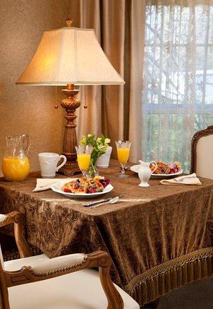 Trumansburg, NY: breakfast in the room (Elegance)