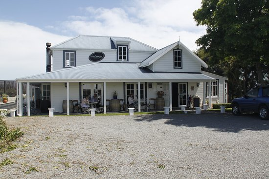 Martinborough, New Zealand: Tasting room, and outdoor tables