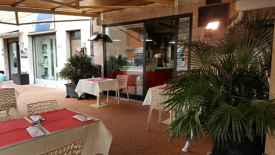 Bientina, Italy: tavoli esterni