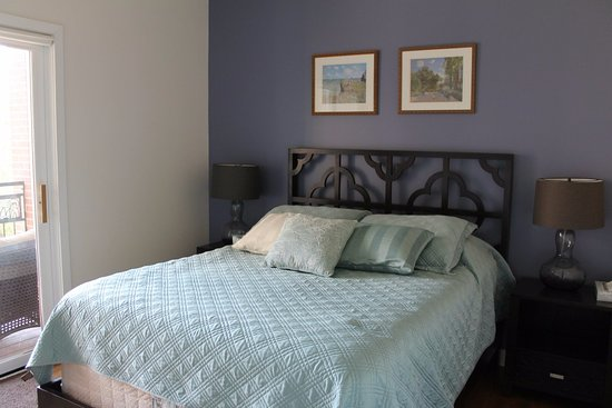 The Flats at Loyola Station: Bedroom with queen size bed and access to private balcony.