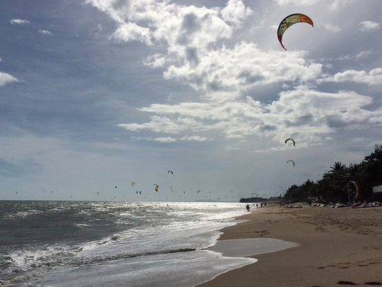 Kitesurf Vietnam: beautiful beach in front of the school