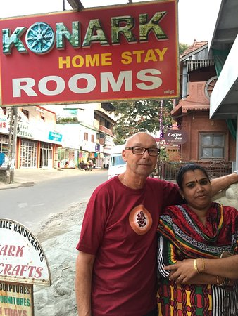 Konark Homestay: The owner with the Swedish guest Staffan