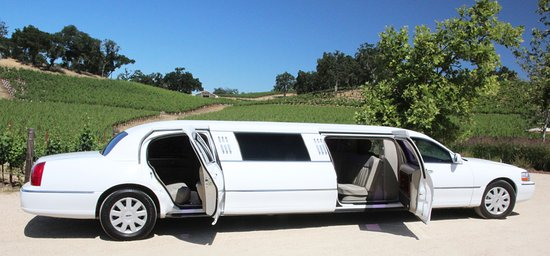 San Luis Obispo County, Kalifornien: Our immaculate limo has a fifth door- meets CA reg's for emergency escape door.