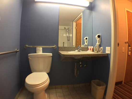 Fort Frances, Canadá: 1 King Accessible Room Bathroom