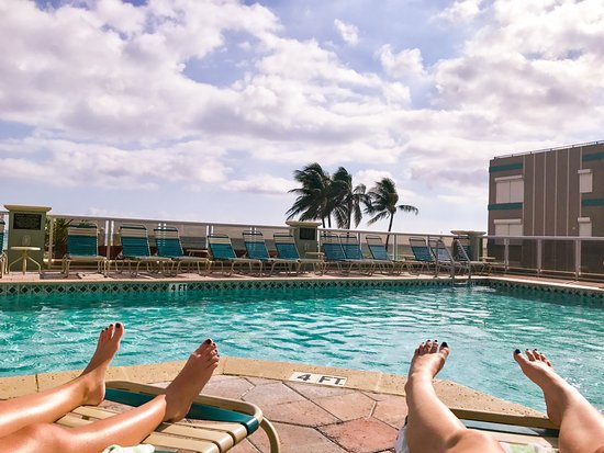 Hollywood Beach Tower: Beautiful sunny day by the pool!
