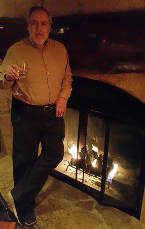 Gleneden Beach, Oregón: Enjoying a glass of wine warmed by the fire in a cold December night