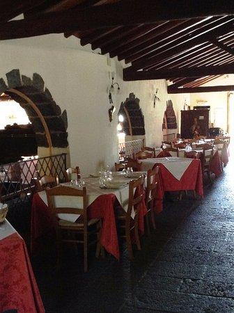 Puntalazzo, Italia: Scorcio della sala Ristorante dal pavimento in pietra lavica