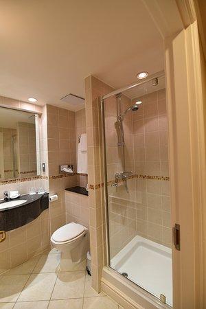 Matfen, UK: Shower, bath and vanity sink