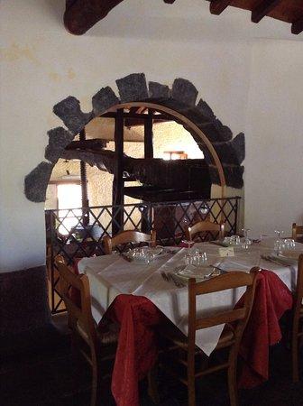 Puntalazzo, Italia: Scorcio della sala Ristorante con il torchio sullo sfondo
