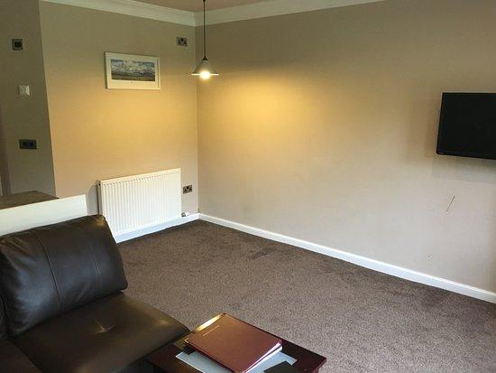 Edinbane, UK: Esstisch und Stühle dauerhaft entfernt. Unansehnliche Lücke bleibt zurück.