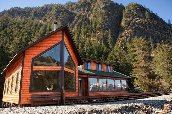 Kenai Fjords Wilderness Lodge: The Guest Lodge sits on the beach right by the ocean in Beautiful Resurrection Bay.