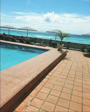 South Gap Hotel: The pool has a beach and dining area