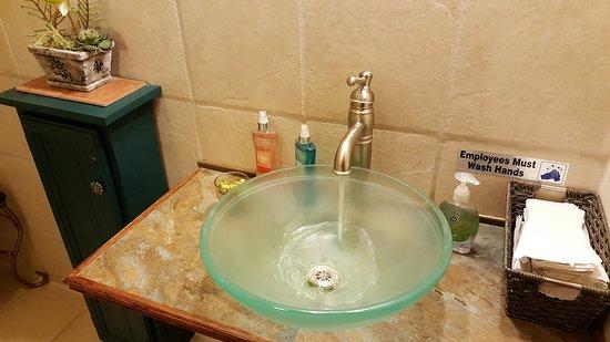 Sandusky, Μίσιγκαν: Elk Street 'Ladies' room, nice & clean