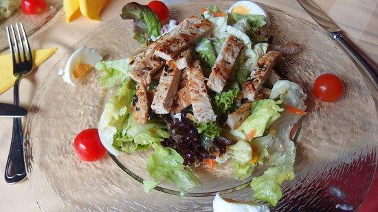 Strobl, Austria: Zeleninový salát s kuřecím na grilu