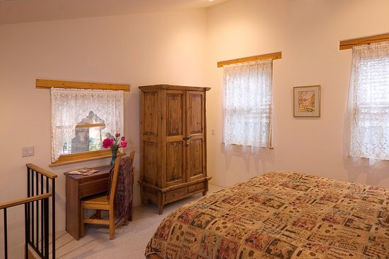Alexander's Inn: Wake up to birdsong in the upstairs Casita Bedroom.