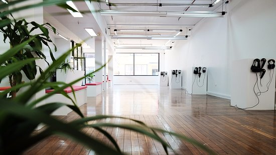 Newcastle, Australien: Our sun drenched studio is beautiful space to enjoy the best in room scale virtual reality.