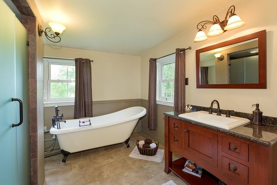 Oley, PA: Claw foot tub with great shower